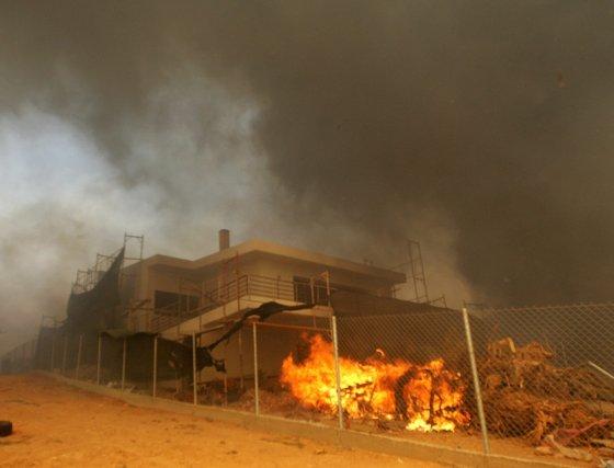 El incendio forestal ha alcanzado las ciudades y ya ha incinerado centenas de viviendas.  Foto: Efe
