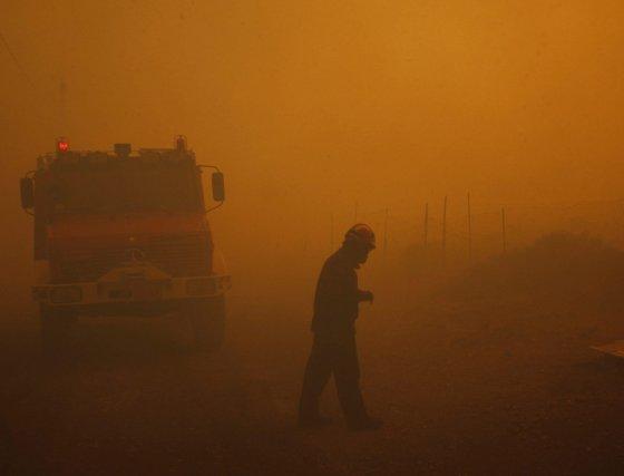 Los bomberos luchan contra el incendio y el humo el las ciudades al norte de Atenas.  Foto: Efe