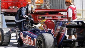El piloto alemán de la escudería de Red Bull-Renault Sebastián Vettel, abandona tras sufrir una avería