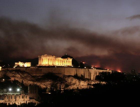 El humo del incendio forestal ya se puede ver desde la capital griega y cambia el paisaje de la Acrópolis.  Foto: AFP