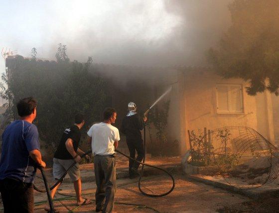 Un equipo de bomberos combate el incendio en la localidad de Kato Souli.  Foto: Efe