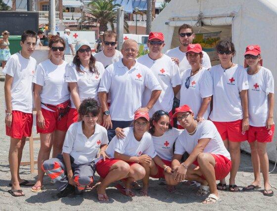 El grupo de voluntarios participantes posa junto al hospital de campaña en la playa de Salobreña.  Foto: Salvador Rodriguez Ca?