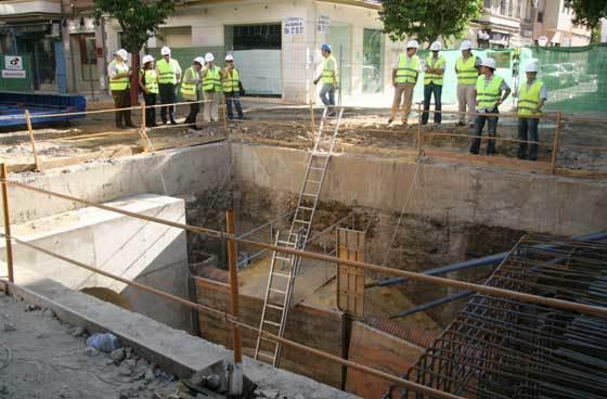 Obras de sustitución de infraestructuras que Emasesa lleva a cabo en la calle Asunción.  Foto: Victoria Hidalgo