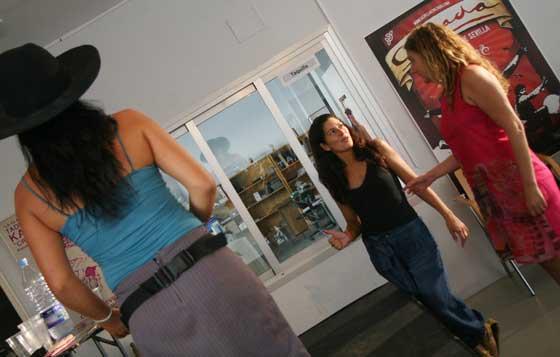 Silvia Garzón (izquierda) y Pepa Gamboa (derecha) da instrucciones a sus actrices.  Foto: Victoria Hidalgo