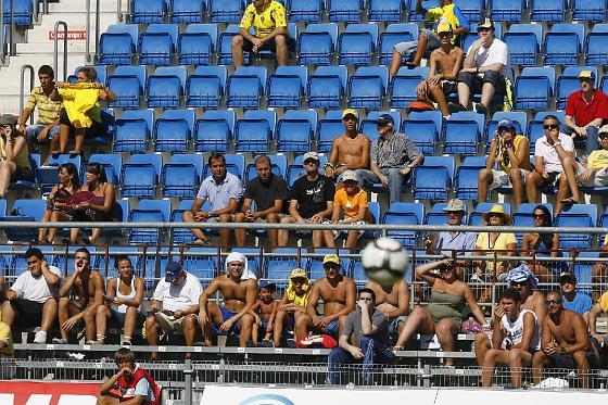 Los aficionados combatieron el calor como buenamente pudieron.   Foto: Lourdes de Vicente y Joaquin Hernandez Kiki