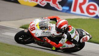 Marco Simoncelli toma una curva durante la carrera de 250cc.