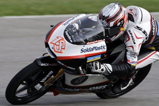 Nicolás Terol roma una curva durante la carrera de 125cc.