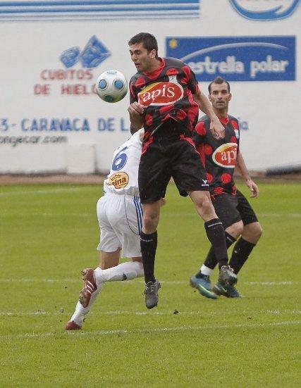 Ione despeja ante un rival del Caravaca y con Bornes haciéndole la cobertura  Foto: lof
