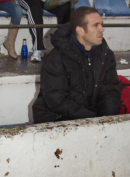 Luis García Tevenet siguió el partido desde la grada en una zona cercana al banquillo industrialista  Foto: lof