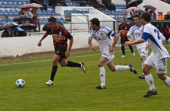 Los de Tevenet empzaaron bien,incluso a los dos minutos Manu Barreiro mandó el balón al larguero  Foto: lof