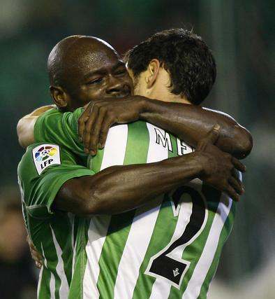 Emaná y Melli se abrazan tras un gol. / Antonio Pizarro