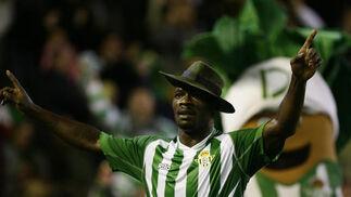 Emana celebra el primer gol del Betis. / Antonio Pizarro