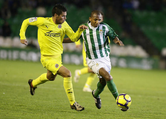 Mehmet Aurelio trata de avanzar ante un contrario. / Antonio Pizarro