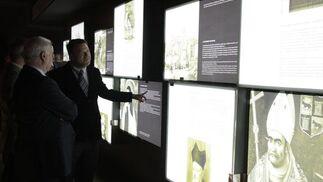 El alcalde, Alfredo Sánchez Monteseirín, señala una de las explicaciones de la galería de personajes. del Castillo de San Jorge.   Foto: Victoria Hidalgo