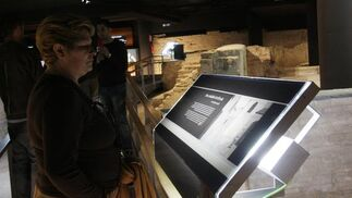 Una mujer lee la explicación expuesta sobre una de las partes del itinerario histórico del Castillo de San Jorge.  Foto: Victoria Hidalgo
