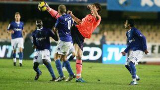 El ariete Ibrahimovic levanta la pierna en exceso ante Álex Bergantiños al intentar llevarse un balón.  Foto: Pascual