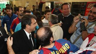Joan Laporta se retrata con un aficionado en el aeropuerto, ayer.  Foto: Pascual