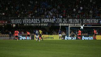 La afición xerecista recriminó a Joaquín Morales su gestión y volvió a recordarle el tema de las firmas con una pancarta en el Fondo Norte.  Foto: Pascual