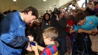 El más demandado fue el recién Balón de Oro, Lionel Messi. El argentino se paró un instante para firmarle a un pequeño ataviado con la camiseta de Zlatan Ibrahimovic un autógrafo.  Foto: Juan Carlos Toro