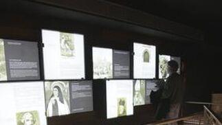 Un hombre se entretiene con unos de los espacios expositivos del recién inaugurado Museo del Castillo de San Jorge.  Foto: Victoria Hidalgo