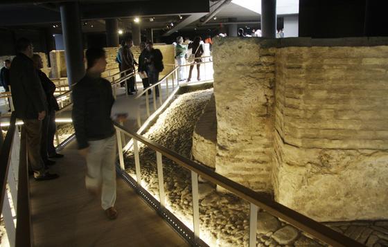 Varias personas visitan el Museo que forma parte del Plan Turístico de la ciudad, junto al itinerario 'Sevilla del 29', las próximas rutas del Flamenco, Sevilla Fluvial o de la Ópera.    Foto: Victoria Hidalgo
