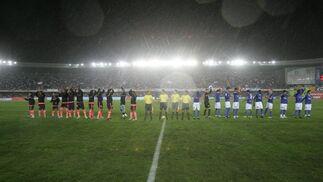 Una copiosa lluvia recibió a Xerez Deportivo y FC Barcelona aunque afortunadamente para el espectáculo cesó instantes más tarde.  Foto: Pascual