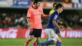 Francis sale con el balón jugado mientras Messi le persigue en su carrera.  Foto: Pascual