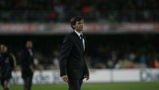 José Ángel Ziganda realiza un expresivo gesto en un momento del partido de ayer.  Foto: Pascual