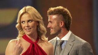 Charlize Theron junto a Beckhan en el sorteo.  Foto: Agencias