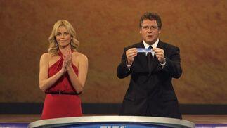 Jerome Valcke, secretario general de la FIFA, saca unos de los papeles del bombo del sorteo.  Foto: Agencias