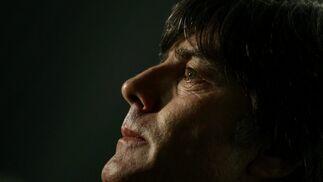 Joachim Loew, seleccionador de Alemania, mira con atención el sorteo.  Foto: Agencias