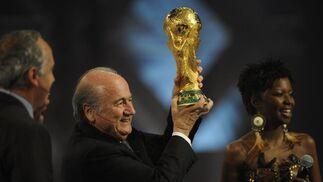 Sepp Blatter, presidente de la FIFA, sostiene el preciado trofeo.  Foto: Agencias