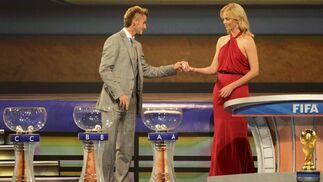 Theron recibe de Beckham una de las bolas del sorteo.  Foto: Agencias