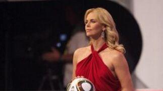 Theron sostiene el balón oficial del Mundial.  Foto: Agencias