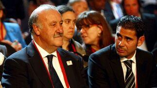 Vicente del Bosque y Fernando Hierro, durante el sorteo.  Foto: Agencias