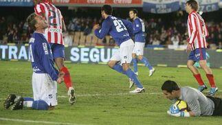 Antoñito, de rodillas, se lamenta después de que el meta rojiblanco Asenjo le realizara un paradón tras un buen remate de cabeza en la recta final del partido  Foto: Miguel Angel Gonzalez
