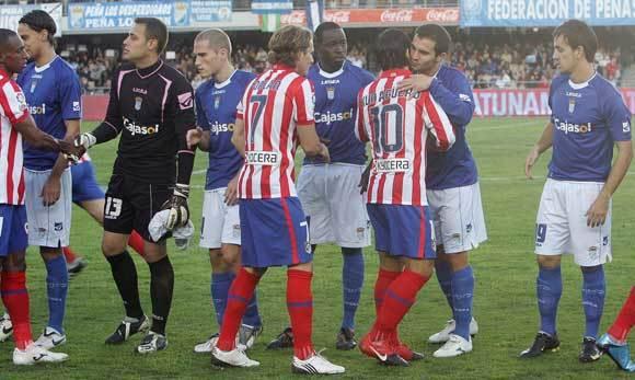 Armenteros se besa con Agüero en los momentos previos al inicio del partido. Ya el miércoles mostraba la amistad que le une a Messi  Foto: Miguel Angel Gonzalez