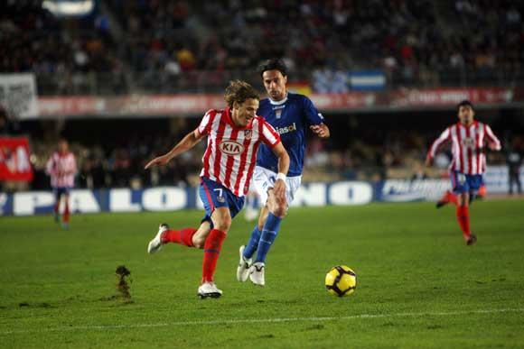 Forlán se marcha en velocidad de David Prieto en la jugada que dio origen al primer gol  Foto: Miguel Angel Gonzalez