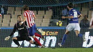 Forlán anota el 0-1 ante Renan  Foto: Miguel Angel Gonzalez