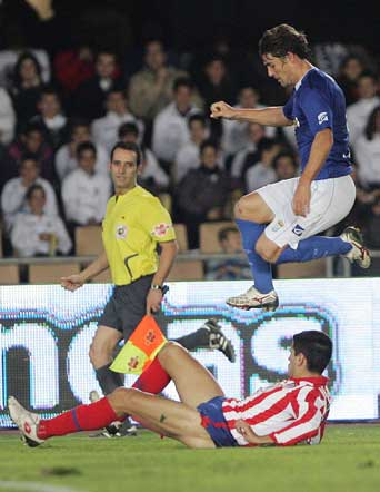 Juanito se tira con todo y Bermejo salta para eludirle  Foto: Miguel Angel Gonzalez