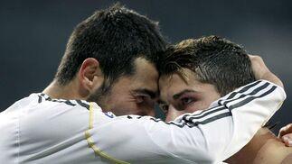 El Real Madrid se impone al Almería en un partido loco con polémica arbitral. / EFE · AFP · Reuters