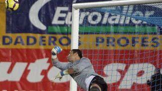 Novena derrota de los azulinos, desmoralizados y condenados por su propia impotencia ante un Atleti en el que deciden Forlán y Agüero  Foto: Miguel Angel Gonzalez