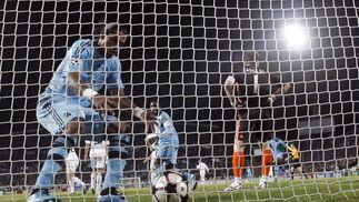 Los jugadores del Olympique de Marsella recogen el balón del fondo de la portería tras empatar. / AFP