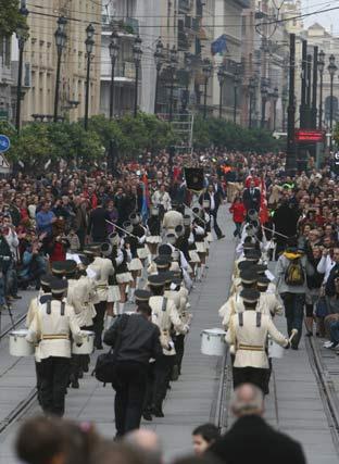 Una banda discurre por la Avenida de la Constitución.  Foto: Jose Angel Garcia