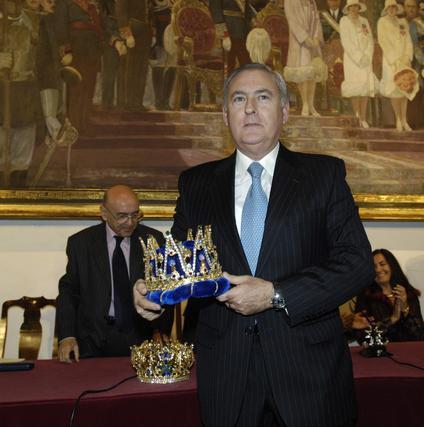 Felipe Cecilia (jefe de los servicios de oncología del Hospital Macarena) posa con su corona del Rey Melchor.  Foto: Manuel Gómez