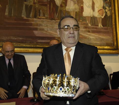 Felipe Cecilia (presidente de Cáritas) posa con su corona de Rey Gaspar.  Foto: Manuel Gómez