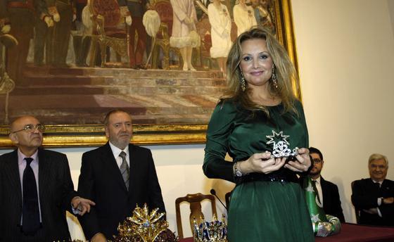 Marita Rufina (pintora) posa con su corona de Estrella de la Ilusión.  Foto: Manuel GómezNegredo da toques de balón con la cabeza.