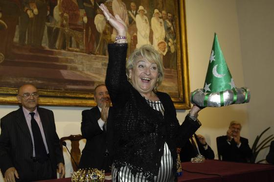 Rosa Mar Prieto-Castro (delegada de Fiestas Mayores) posa con su sombrero de Mago de la Fantasía.  Foto: Manuel Gómez