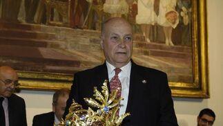 Antonio Rodríguez de la Borbolla (presidente del real Círculo de Labradores) posa con su corona del Rey Baltasar.  Foto: Manuel Gómez