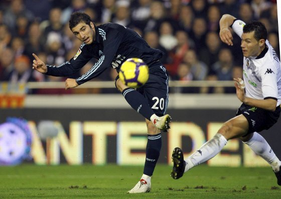 El Madrid supera al Valencia en Mestalla. / AFP, Reuters, EFE